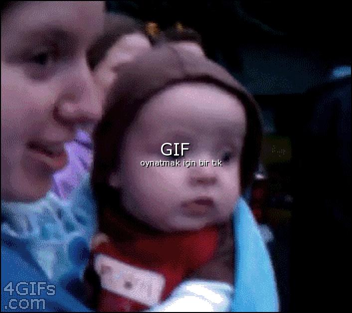 Hayatında ilk kez havai fişek gören bebek