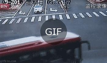 Çarpışan iki aracın arasından geçmek isteyen motosikletin hızı ne olmalıdır?