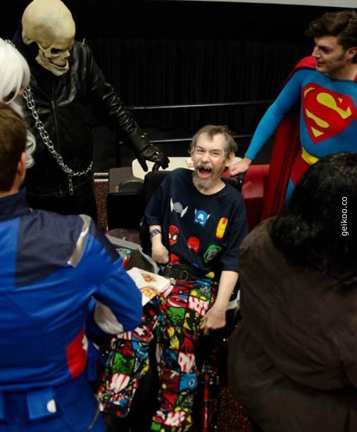 Dennis, 55 yaşında mental ve fiziksel olarak engelli olan ve 5-6 aylık ömrü kalmış bir son evre kanser hastası. Süperkahramanlara bayılır.