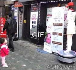 Kibar Japon kız robotu selamlıyor