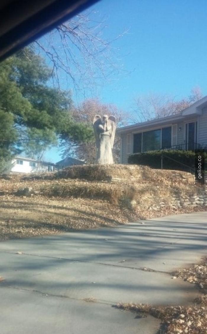 Komşularımdan birinin bahçesindeki heykel