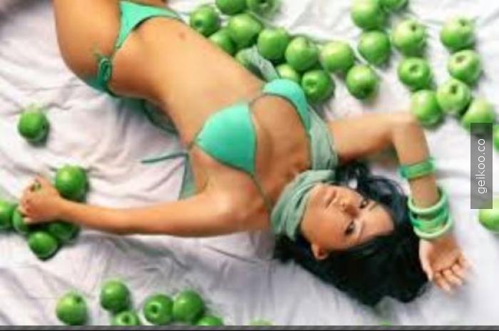 Yeşil bikinili irina shayk' ını görüyorum ve yeşil bikinili bengü ile artırıyorum