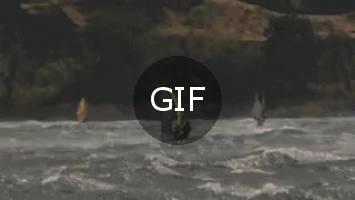 Yüksek rüzgarda rüzgar sörfü yapmak