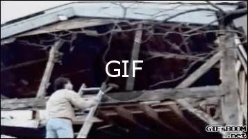 Çekiçle evin çatısını yıkmaya çalışan adam